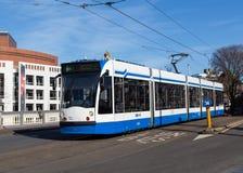 Trams modernes bleus et blancs à Amsterdam Photographie stock