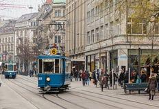 Trams op Bahnhofstrasse-straat in Zürich, Zwitserland Royalty-vrije Stock Afbeelding