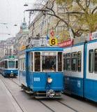 Trams op de Bahnhofstrasse-straat in Zürich, Zwitserland Stock Foto's