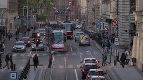 Trams op de straat stock videobeelden
