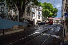 Trams op de straten van oud Lissabon portugal royalty-vrije stock foto's