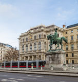 Trams und Gebäude entlang Scwarzenberglatz in Wien Lizenzfreie Stockbilder