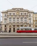Trams und Gebäude entlang Scwarzenberglatz in Wien Stockfoto