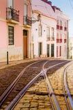 Tramsporen in Alfama, Lissabon, Portugal Stock Fotografie