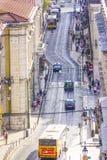 Tramsporen in de straten van Lissabon - luchtmening - LISSABON - PORTUGAL - JUNI 17, 2017 Royalty-vrije Stock Foto's
