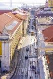 Tramsporen in de straten van Lissabon - luchtmening - LISSABON - PORTUGAL - JUNI 17, 2017 Stock Foto's