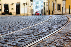 Tramsporen in LISSABON, de sporen van een detailmetaal Stock Foto's