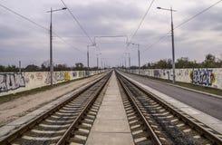 Tramsporen op de Rand van de Stad Stock Fotografie