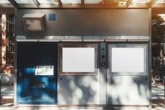 Tramstation oder eine Bushaltestelle draußen stockfotos