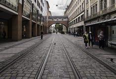 Tramwajów ślada w Mainstrabe, Monachium zdjęcia stock