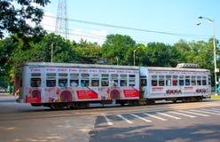 Tramwaj biega przez ulic Kolkata Zdjęcie Royalty Free