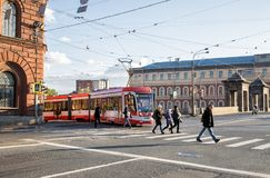Tramwaj daje sposobowi pedestrians Zdjęcie Stock