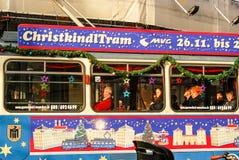 Tramwaj dekorujący z Bożenarodzeniowymi ornamentami zdjęcie royalty free