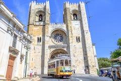 Tramwaj 28 i Lisbon katedra Obraz Stock