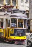 Tramwaj liczba 28 w mieście Lisbon 17, 2017 - bardzo sławny - LISBON, PORTUGALIA, CZERWIEC - Zdjęcia Royalty Free