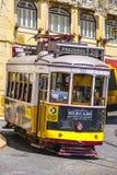 Tramwaj liczba 28 w mieście Lisbon 17, 2017 - bardzo sławny - LISBON, PORTUGALIA, CZERWIEC - Fotografia Stock