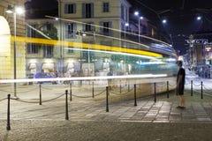 Tramwaj Mediolański miasto, lato noc koloru córek wizerunku matka dwa Zdjęcia Stock