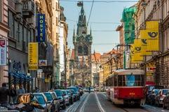 Tramwaj przy starą ulicą w Praga, republika czech Zdjęcie Stock