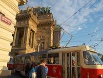 Tramwaj przy teatrem narodowym w Praga - artykuł wstępny Obrazy Stock
