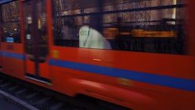 Tramwaj 3 Tramwaj 71-623 podróżuje na poręcza zbliżenia scenie i innym tramwajowym odjeździe od przerwy zbiory