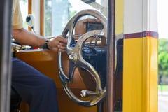 Tramwajowy kierowca trzyma ster w starym sławnym żółtym tramwaju Fotografia Stock