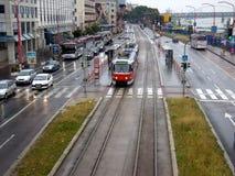 Tramwajowy samochodowy bieg przez ulic Bratislava obraz stock