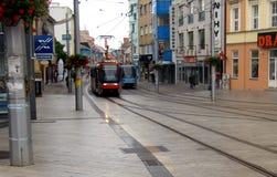Tramwajowy samochodowy bieg przez ulic Bratislava obrazy stock