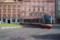 Tramway articulée moderne Skoda de ville image stock