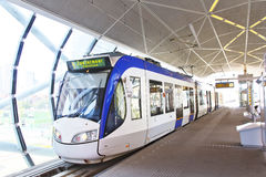 Tramway bleu et blanc d'Alstom Photos libres de droits
