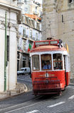 Tramway d'équitation dans la rue étroite et curvy, Lisbonne Images libres de droits