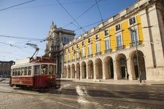 Tramway dans le grand dos de commerce, Lisbonne, Portugal Image libre de droits