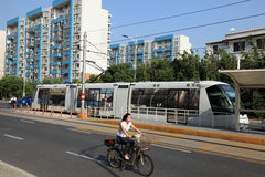 Tramway et femme sur la bicyclette, Changhaï, Chine Images libres de droits
