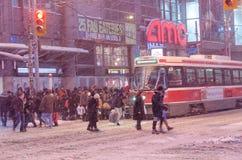Tramway et passagers de TTC pendant chutes de neige à Toronto Image libre de droits