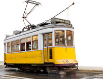 Tramway jaune classique de Lisbonne sur le blanc Photos stock