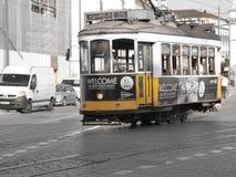 Tramway jaune de Lisbonne Photo stock