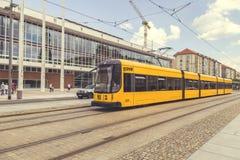 Tramway jaune moderne sur la rue photos libres de droits