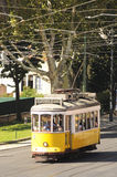 Tramway jaune sur une rue de Lisbonne Photographie stock libre de droits