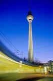 Tramway mobile devant la tour de télévision, Berlin Photographie stock libre de droits
