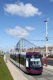 Tramway neuf de Blackpool près de plage de plaisir. Image stock