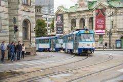 Tramway passant le passage piéton Riga Image libre de droits
