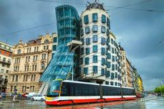 Tramway rouge électrique et maison célèbre de danse à l'arrière-plan, Prague Image libre de droits