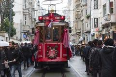 Tramway rouge sur la rue d'Istiklal à Istanbul, Turquie 30 décembre 2017 Photos libres de droits