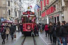 Tramway rouge sur la rue d'Istiklal à Istanbul, Turquie 30 décembre 2017 Image stock