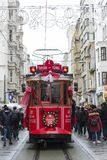 Tramway rouge sur la rue d'Istiklal à Istanbul, Turquie 30 décembre 2017 Photo libre de droits