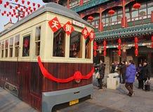 Tramway sur la rue de Qianmen, à Pékin Photographie stock libre de droits