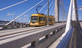 Tramway sur le croisement de Tilikum à Portland photo stock