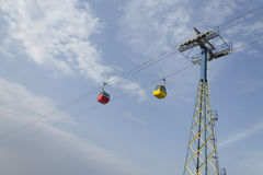 Tramways aériennes rouges et jaunes Image stock