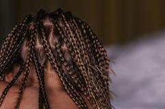 Tranças africanas na menina foto de stock