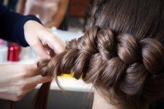Tranças do Weave no salão de beleza do cabeleireiro foto de stock