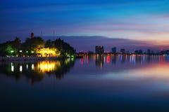 Tran Quoc Pagoda de oudste Boeddhistische tempel in Hanoi, Vietnam bij nacht Royalty-vrije Stock Afbeeldingen